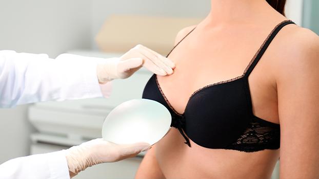 mulher em consulta com o cirurgião plástico escolhendo a melhor marca de prótese de silicone