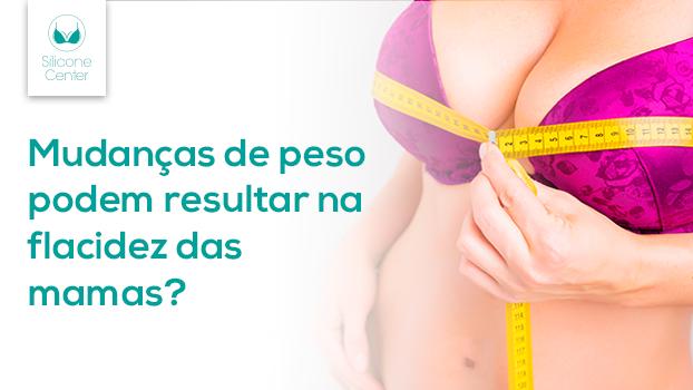Mulher medindo os seios com uma fita métrica para verificar a oscilação de peso e quada mamária